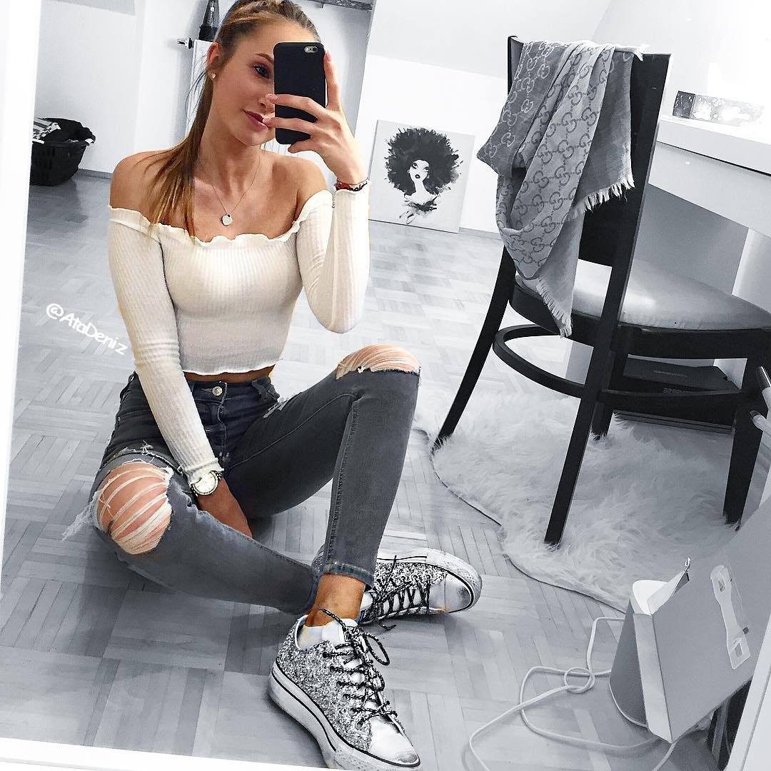 crop top, hair, make-up, necklace, sneakers